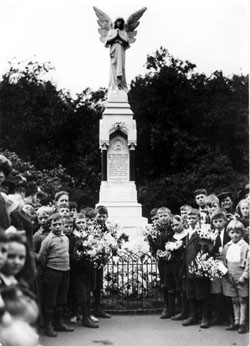 Upper North Street memorial, June 1919 (1)